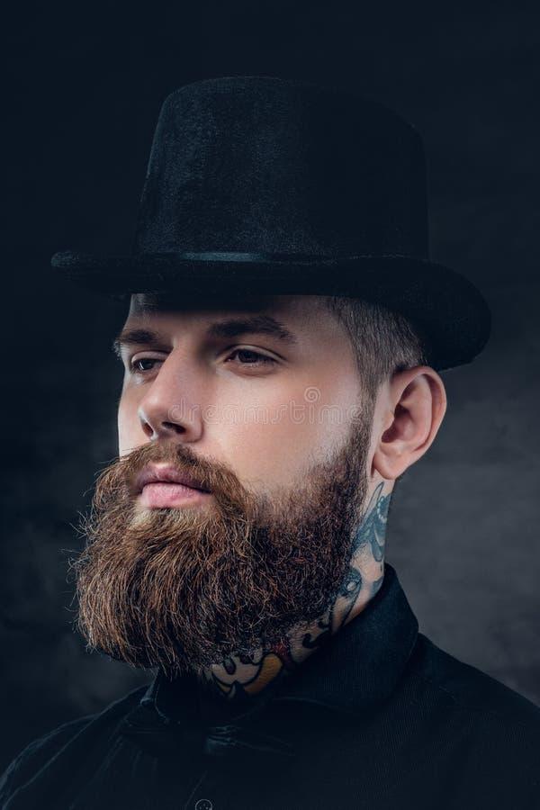 Ciérrese encima del retrato del varón barbudo con el cuello tatuado imagen de archivo