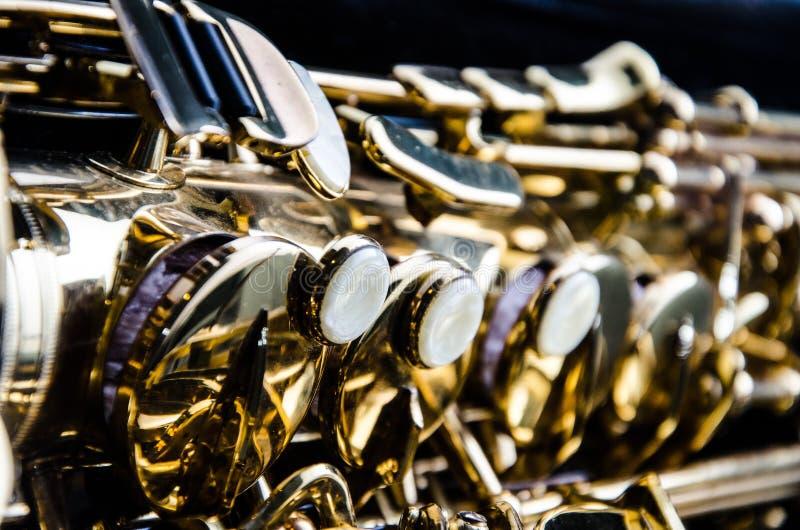 Ciérrese encima del saxofón fotografía de archivo