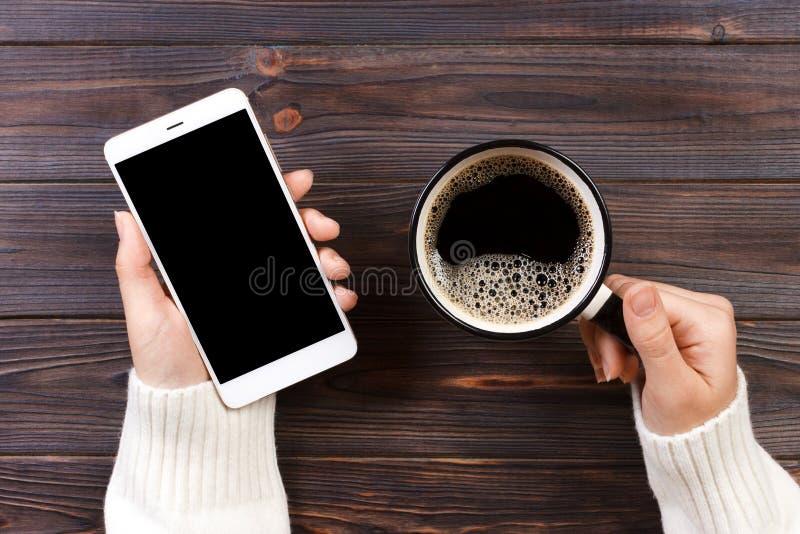 Ciérrese encima del teléfono elegante de los controles de la mano del hombre de negocios con la pantalla aislada negro sobre fond imagen de archivo libre de regalías