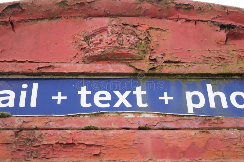 Ciérrese encima del tiro de la pieza de una caja roja pasada de moda del teléfono imagen de archivo