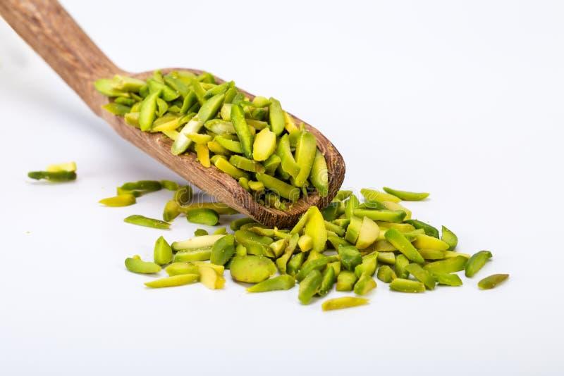 Ciérrese encima del tiro de rebanadas crudas grandes frescas secas de nueces de pistacho adentro imagenes de archivo
