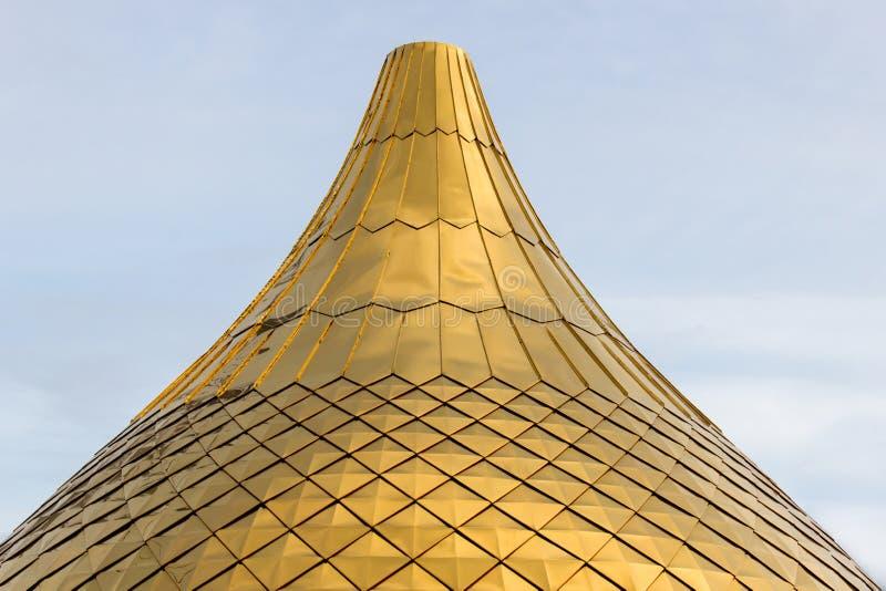 Ciérrese encima del tiro de un Golden Dome de una iglesia, catedral o los bulbos de la mezquita forman en el cielo azul PA del re foto de archivo