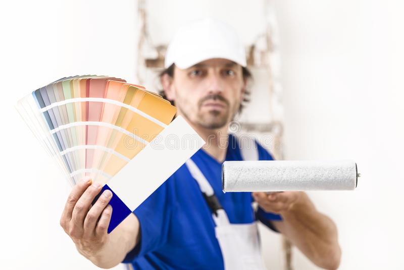 Ciérrese encima del tiro del hombre del pintor que muestra una paleta de colores fotos de archivo