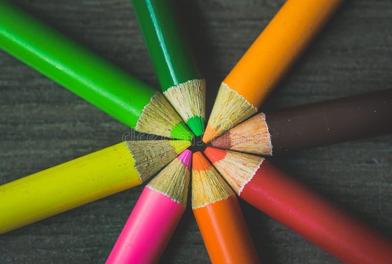 Ciérrese encima del tiro macro de las semillas del lápiz de la pila del lápiz del color en fondo oscuro | Foco un punto fotografía de archivo libre de regalías