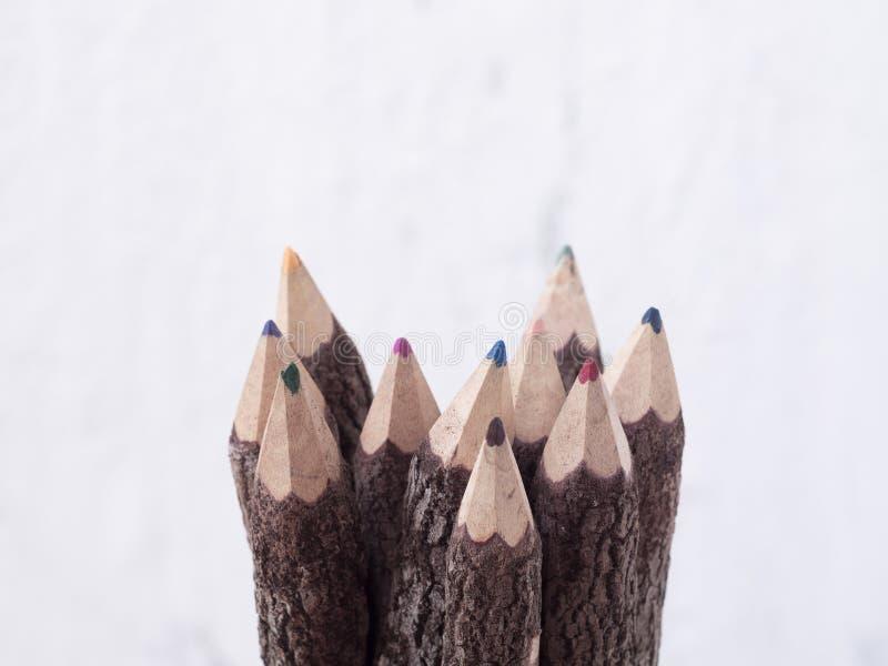 Ciérrese encima del tiro macro de los lápices del color hechos de la madera de la naturaleza, selecto fotos de archivo