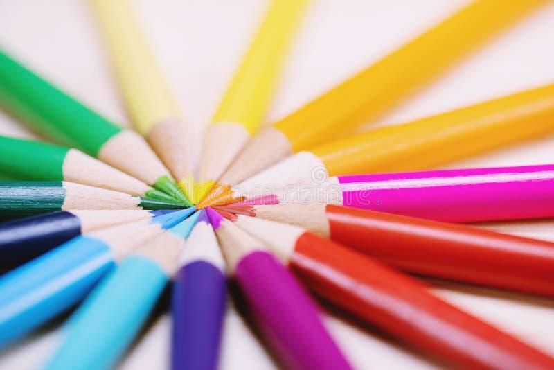 Ciérrese encima del tiro macro de los lápices del color que el lápiz de la pila inclinó las semillas diagonales en un círculo fotografía de archivo
