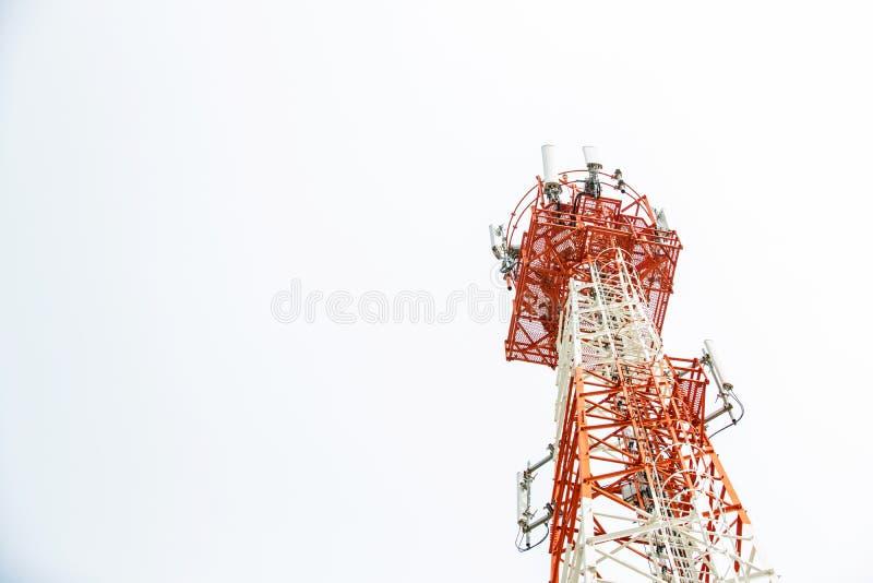 Ciérrese encima del top de la torre de comunicación Torre de antena de radio, torre de antena de microonda en fondo ligero del ci imagen de archivo libre de regalías