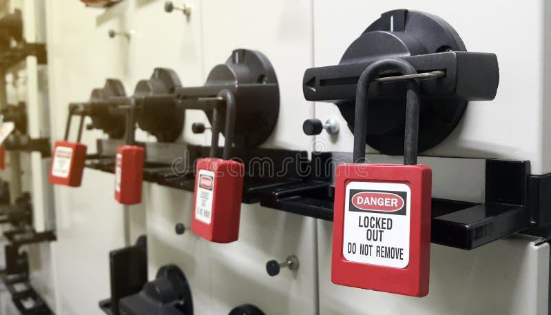 Ciérrese hacia fuera y marque con etiqueta hacia fuera, estación del cierre, máquina - dispositivos específicos del cierre fotografía de archivo