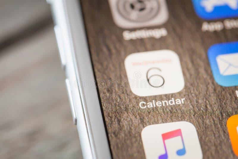 Ciérrese hasta el calendario nativo app de Apple en la pantalla del iPhone 7 imagen de archivo libre de regalías