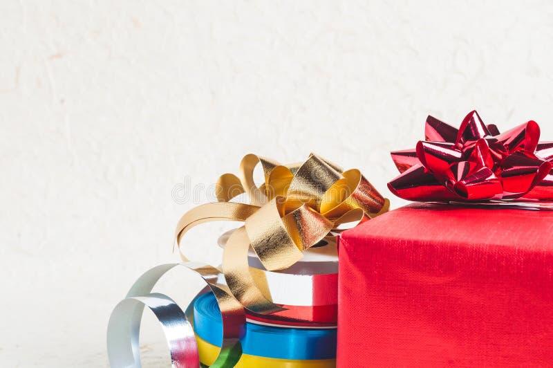 Ciérrese hasta la caja de regalo roja con la cinta y la decoración para el diseño de la Navidad imagen de archivo libre de regalías
