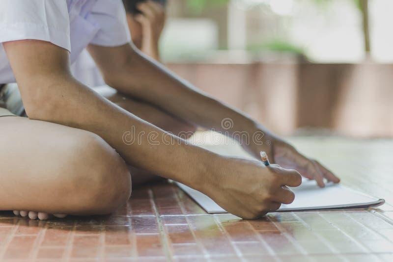 Ciérrese hasta las manos del dibujo de la práctica del estudiante fotos de archivo libres de regalías