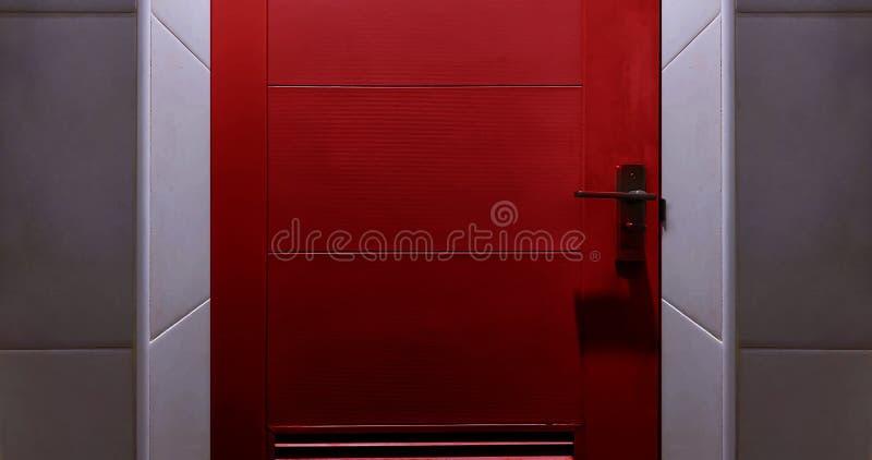 Ciérrese hasta un a puerta cerrada rojo foto de archivo libre de regalías