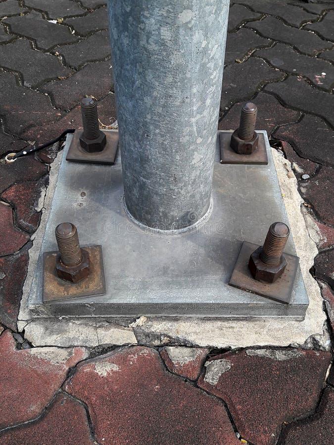 Ciérrese para arriba de algunos tornillos más grandes en la base de un pilar del metal foto de archivo