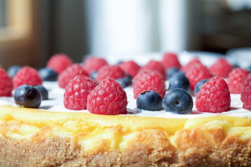 Ciérrese para arriba de bayas como decoración de un pastel de queso foto de archivo