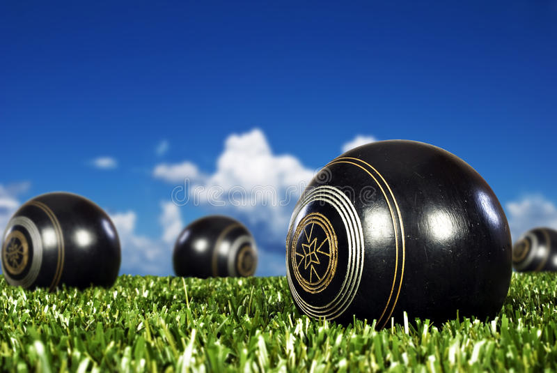 Ciérrese para arriba de bolas de bowling en un campo del bowling fotografía de archivo libre de regalías