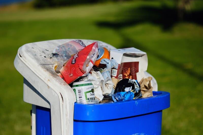 Ciérrese para arriba de bote de basura de la calle por completo de la basura imágenes de archivo libres de regalías
