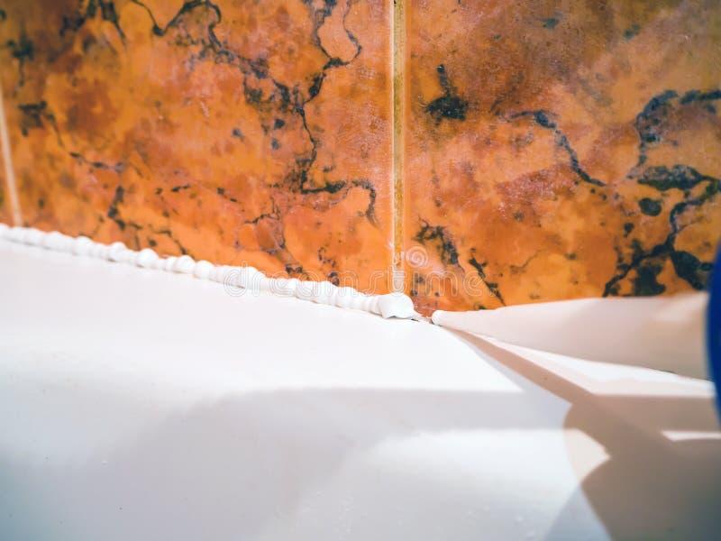 Ciérrese para arriba de calafatear el tubo del baño imágenes de archivo libres de regalías
