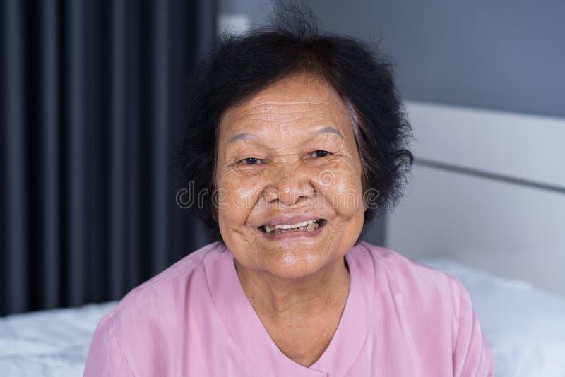 Ciérrese para arriba de cara mayor sonriente feliz de la mujer imagenes de archivo