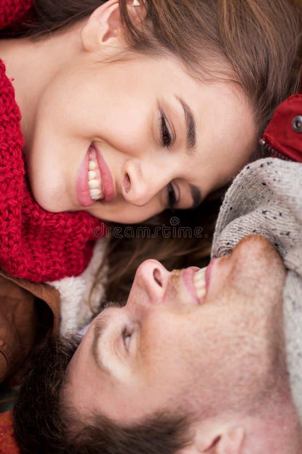 Ciérrese para arriba de caras jovenes sonrientes felices de los pares fotos de archivo libres de regalías