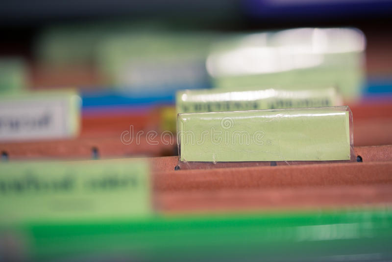 Ciérrese para arriba de carpetas de archivos con los documentos de las finanzas personales fotos de archivo libres de regalías