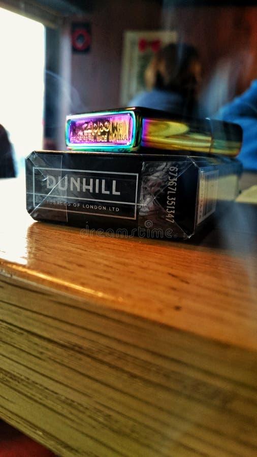 Ciérrese para arriba de cigarrillos y de un encendedor fotos de archivo