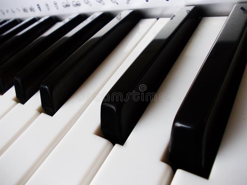 Ciérrese para arriba de claves del piano imágenes de archivo libres de regalías