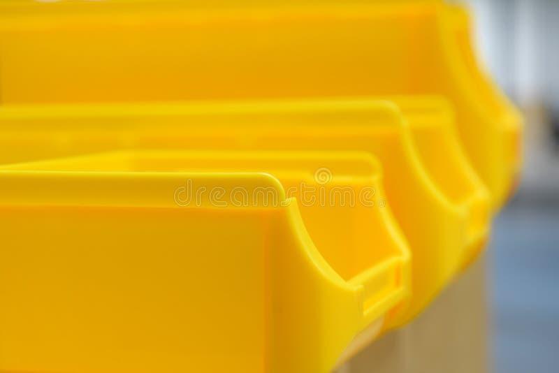 Ciérrese para arriba de compartimientos de piezas plásticos amarillos imágenes de archivo libres de regalías