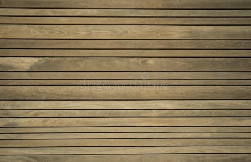 Ciérrese para arriba de decking compuesto Tablones de madera Fondo de madera secado al horno de la textura de la madera de constr imágenes de archivo libres de regalías