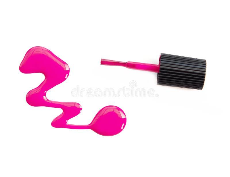 Ciérrese para arriba de descensos rosados del esmalte de uñas en el fondo blanco foto de archivo