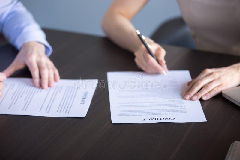 Ciérrese para arriba de documentos de la muestra de la gente durante la reunión de negocios fotografía de archivo