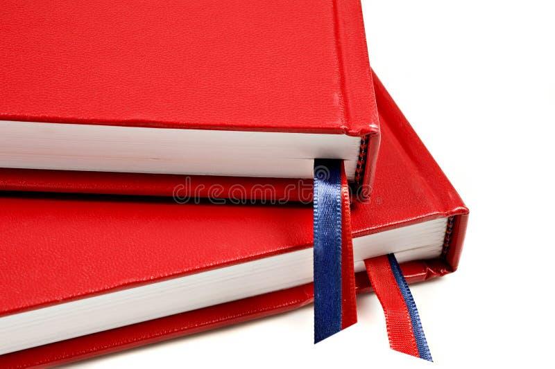 Ciérrese para arriba de dos diarios rojos fotografía de archivo