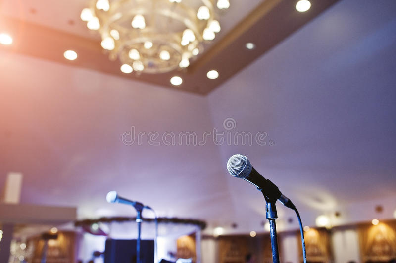 Ciérrese para arriba de dos micrófonos en sala de conciertos imágenes de archivo libres de regalías