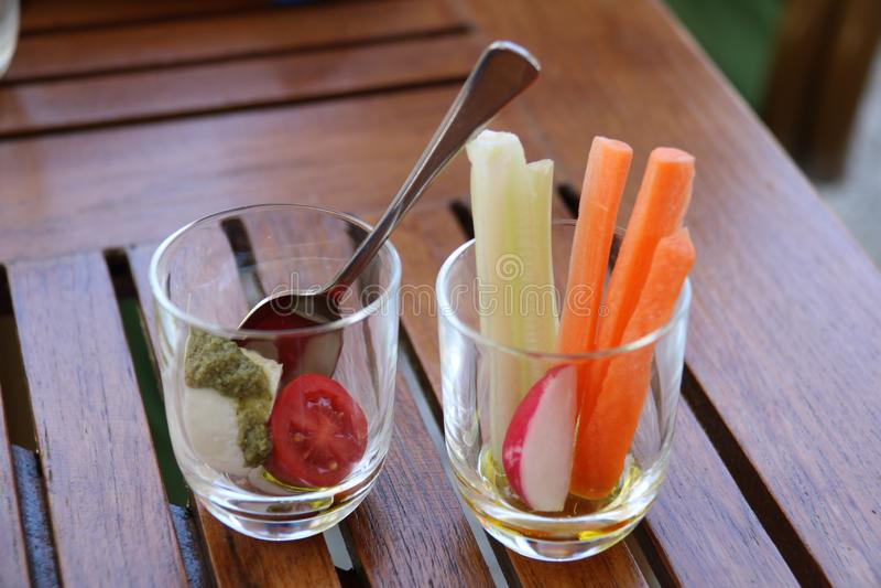 Ciérrese para arriba de dos pequeños vidrios con el comida para comer con los dedos del aperitivo fotografía de archivo libre de regalías