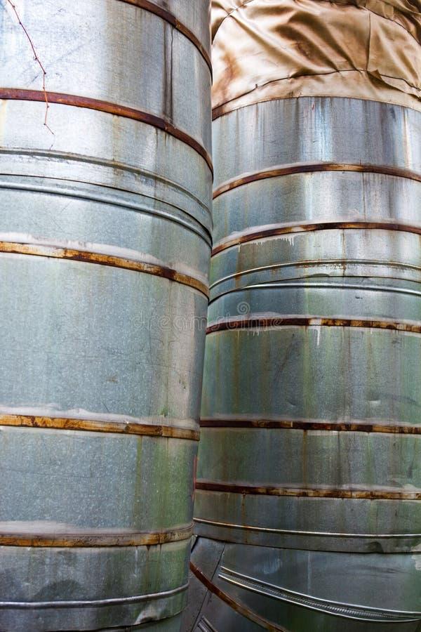 Ciérrese para arriba de dos tuberías verticales del metal fotografía de archivo