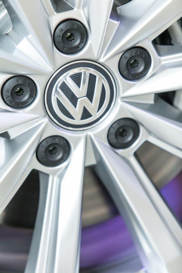 Ciérrese para arriba de eje de rueda de la aleación del coche moderno fotos de archivo libres de regalías