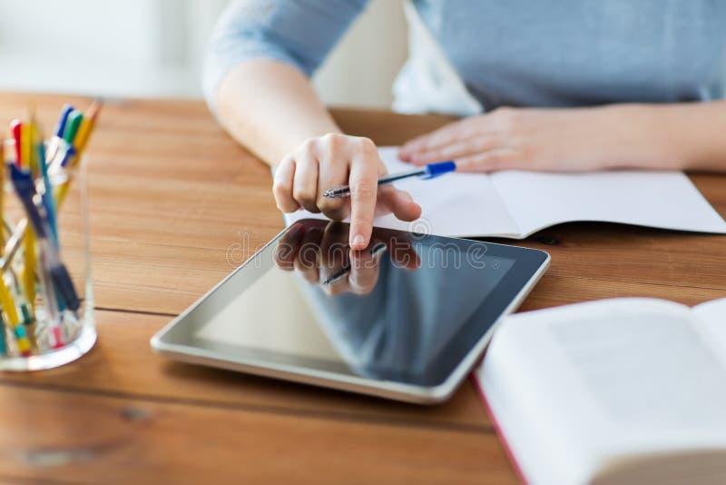 Ciérrese para arriba de estudiante con PC y el cuaderno de la tableta imágenes de archivo libres de regalías