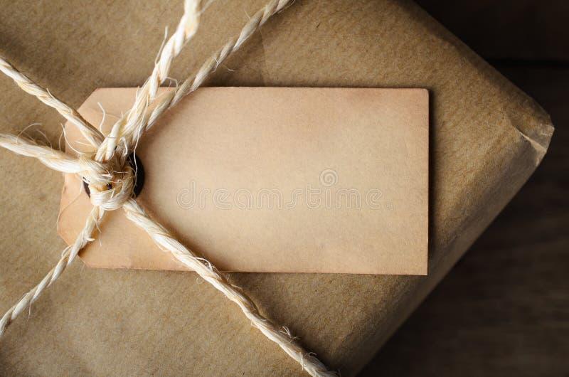 Ciérrese para arriba de etiqueta en blanco envejecida en paquete atado secuencia fotografía de archivo
