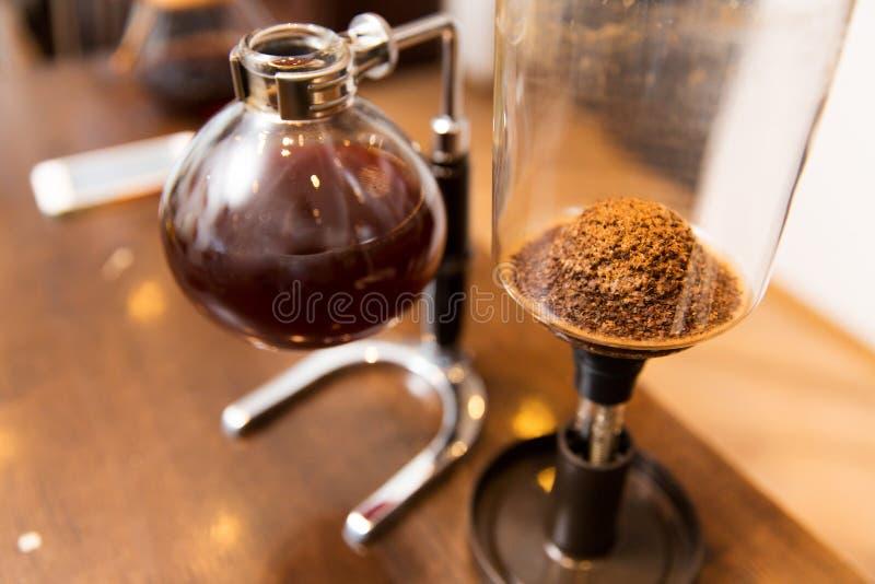 Ciérrese para arriba de fabricante de café del vacío del sifón en la tienda foto de archivo