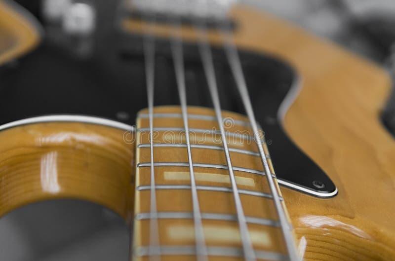 Ciérrese para arriba de fingerboard eléctrico de la guitarra baja Bajo de madera con el regulador de volumen imágenes de archivo libres de regalías