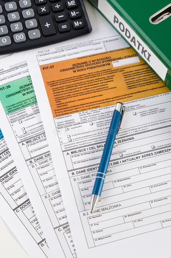 Ciérrese para arriba de formas polacas del impuesto sobre la renta en el escritorio foto de archivo