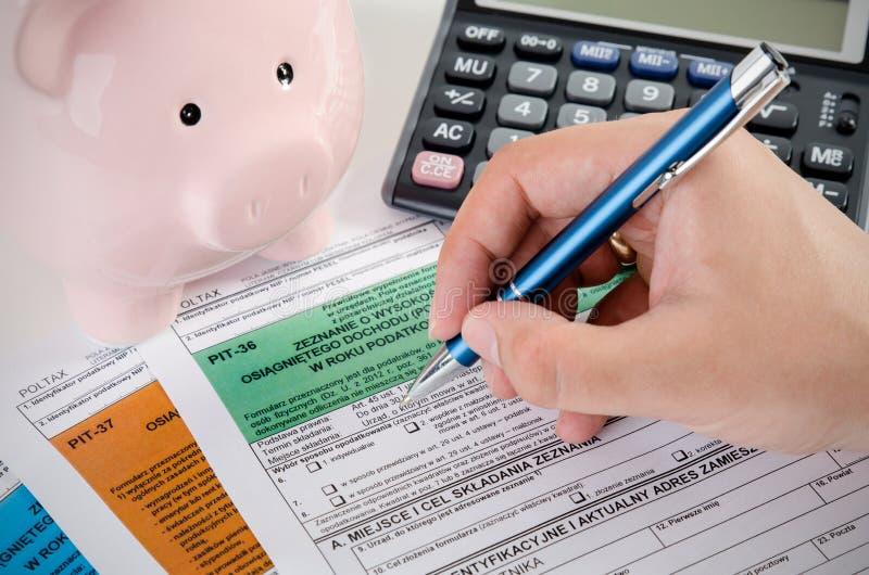 Ciérrese para arriba de formas polacas del impuesto sobre la renta en el escritorio fotos de archivo