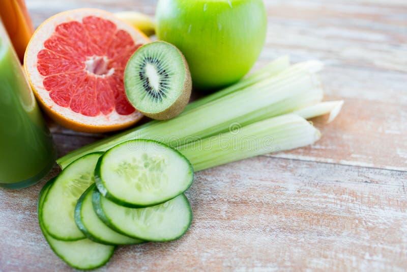 Ciérrese para arriba de frutas y verduras maduras en la tabla fotografía de archivo