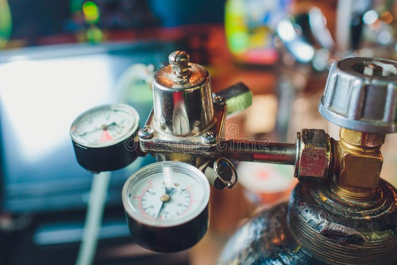 Ciérrese para arriba de golpecitos de la cerveza en fila Equipo metálico para las barras y los mini brewerys Concepto de equipo m foto de archivo libre de regalías