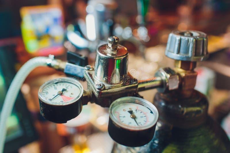 Ciérrese para arriba de golpecitos de la cerveza en fila Equipo metálico para las barras y los mini brewerys Concepto de equipo m fotografía de archivo