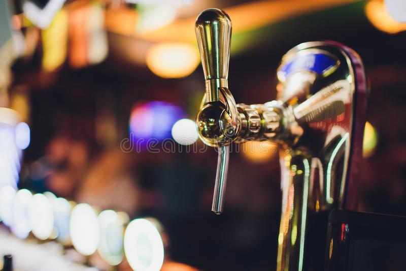 Ciérrese para arriba de golpecitos de la cerveza en fila Equipo metálico para las barras y los mini brewerys Concepto de equipo m fotografía de archivo libre de regalías