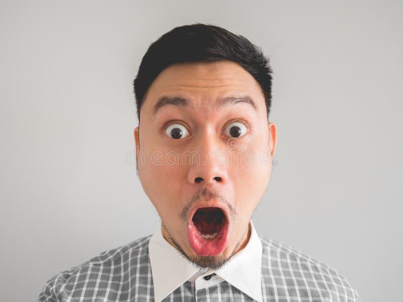 Ciérrese para arriba de headshot del hombre sorprendido y chocado de la cara fotografía de archivo libre de regalías