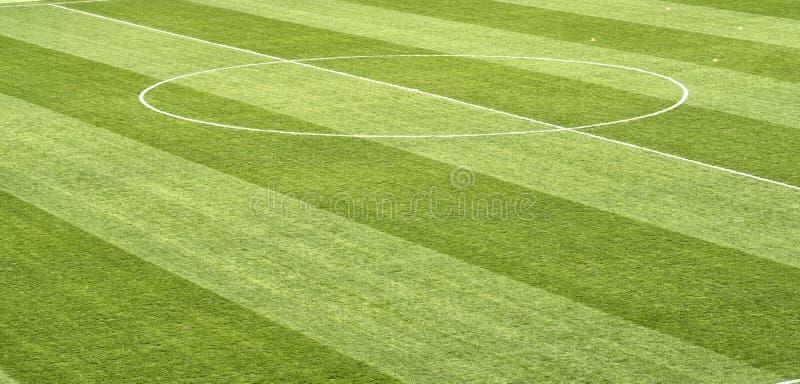 Ciérrese para arriba de hierba del campo de fútbol fotos de archivo