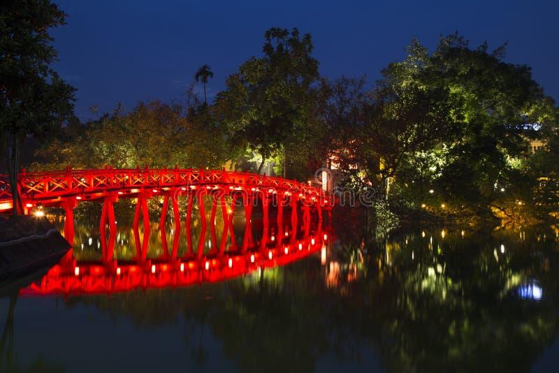 Ciérrese para arriba de Hoan Kiem y x28; Sword& x29; lago en la noche foto de archivo libre de regalías