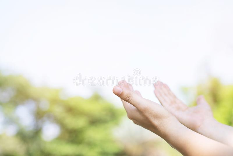 Ciérrese para arriba de hombre cristiano con la rogación de las manos abiertas adoran al cristiano que alcanza para el cielo fotografía de archivo