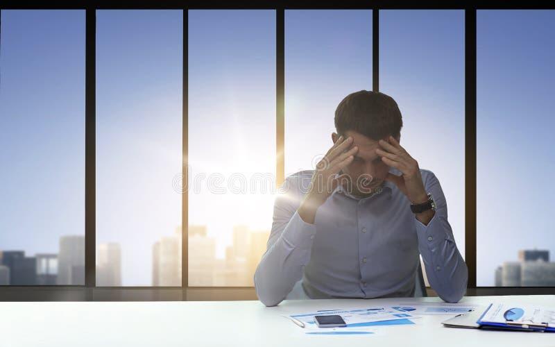 Ciérrese para arriba de hombre de negocios ansioso con los papeles ilustración del vector